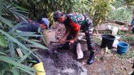 Permalink ke Jalin Kebersamaan, Babinsa Koramil 406-07/Jayaloka Bantu Warga Bangun Makam